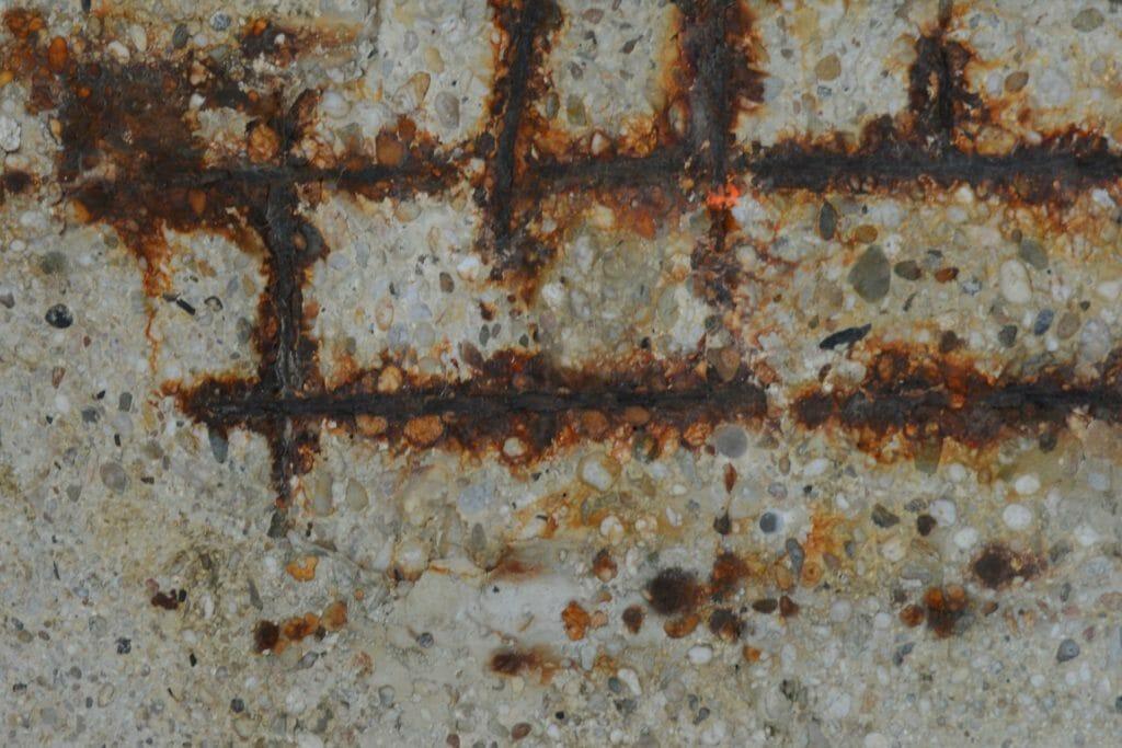 Staal roest door beton